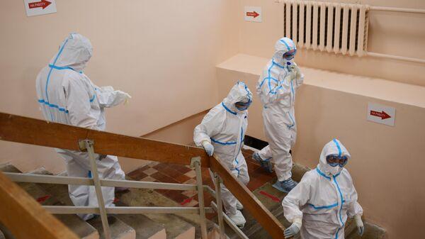 Медицинские работники в желтой зоне госпиталя COVID-19 городской клинической больницы № 15 имени О. М. Филатова в Москве