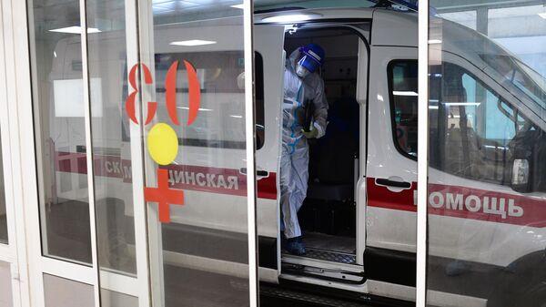 Автомобиль у приемного отделения госпиталя COVID-19 городской клинической больницы № 15 имени О. М. Филатова в Москве