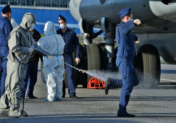 Возвращение российских военных специалистов из Италии