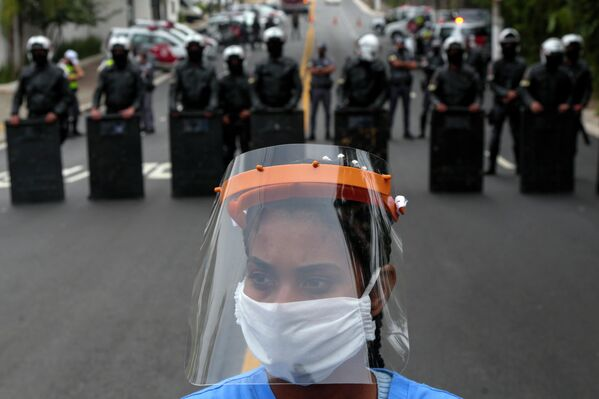 Жительница муниципалитета Параизополис во время акции протеста в Сан -Паулу, Бразилия