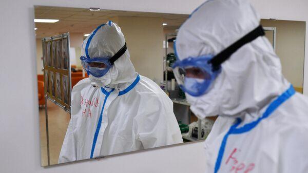 Медицинский работник в госпиталн COVID-19 в Центре мозга и нейротехнологий ФМБА России