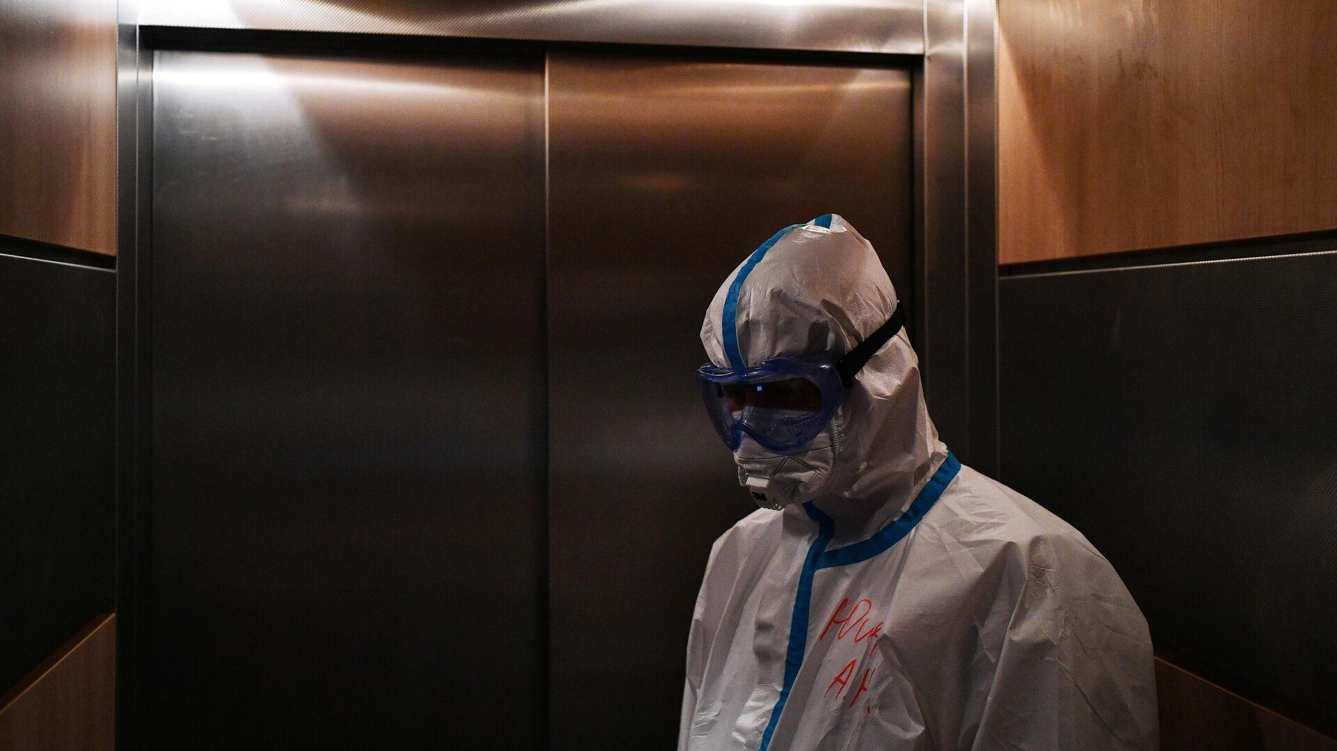 Медицинский работник в лифте в одном из отделений госпиталя COVID-19 в Центре мозга и нейротехнологий ФМБА России - РИА Новости, 1920, 03.11.2020