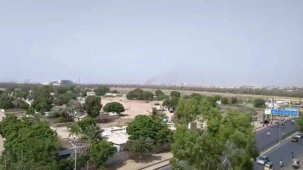 Дым на месте крушения пассажирского самолета в жилом районе недалеко от аэропорта в Карачи