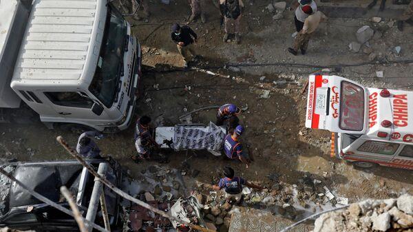 Спасатели на месте крушения пассажирского самолета в жилом районе недалеко от аэропорта в Карачи