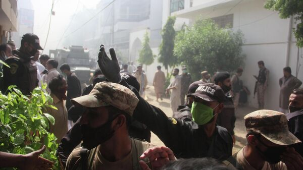 Сотрудники полиции на месте крушения пассажирского самолета Airbus A-320 авиакомпании Pakistan International Airlines (PIA) в Карачи