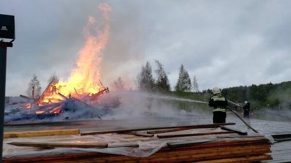 Сотрудники МЧС во время ликвидации пожара в церкви в Московской области