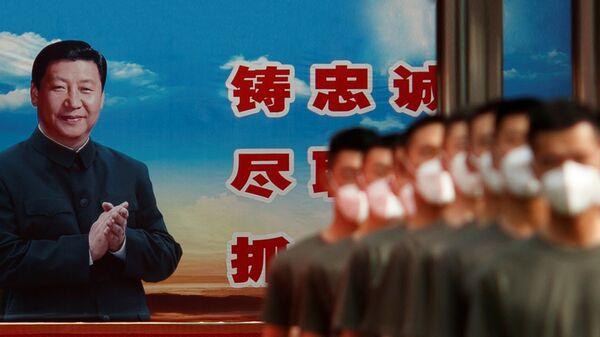 Сотрудники военной полиции маршируют в день открытия Всекитайского собрания народных представителей в Пекине