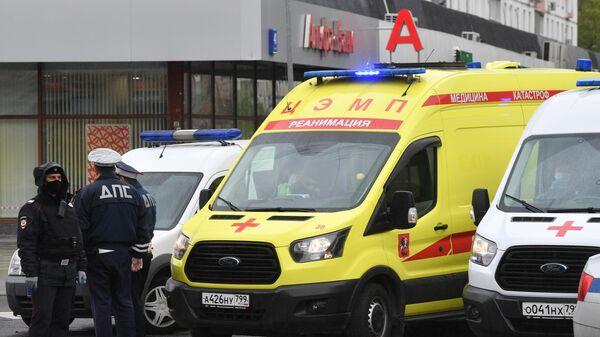 Сотрудники полиции и скорой помощи у отделения Альфа-банка в центре Москвы, откуда поступило сообщение, что неизвестный удерживает несколько человек и угрожает взорвать отделение