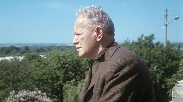 Писатель Михаил Шолохов на балконе своего дома в станице Вешенской