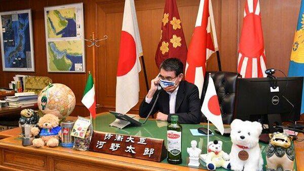 Министр обороны Японии Таро Кого в маске
