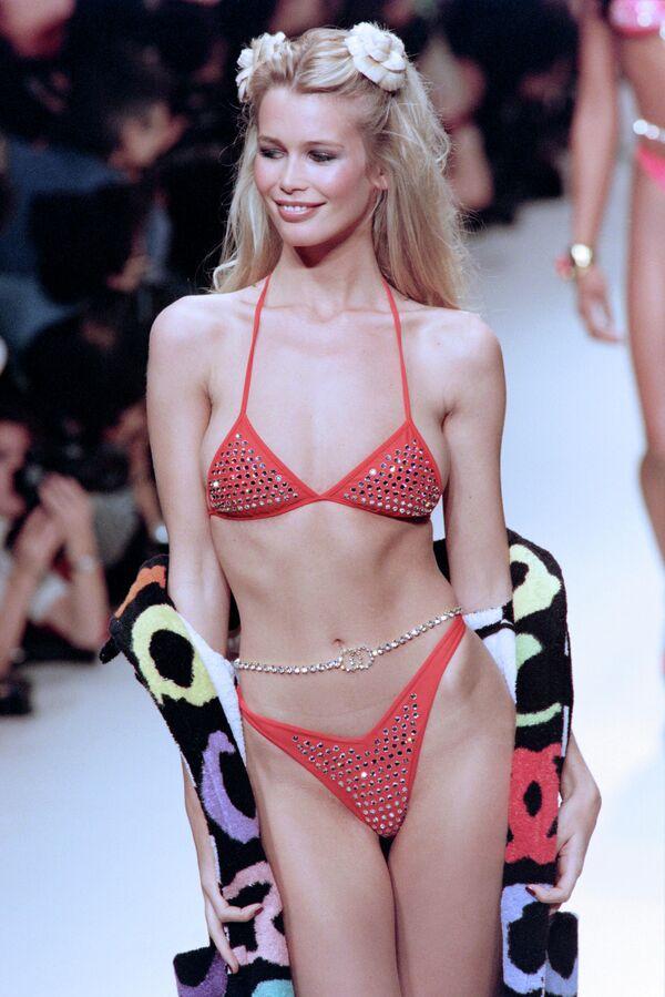 Немецкая модель Клаудия Шиффер представляет купальник французского модного дома Chanel. 17 октября 1994
