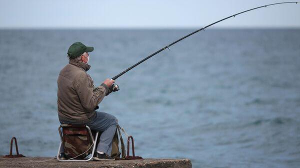 Рыбак на набережной Алушты