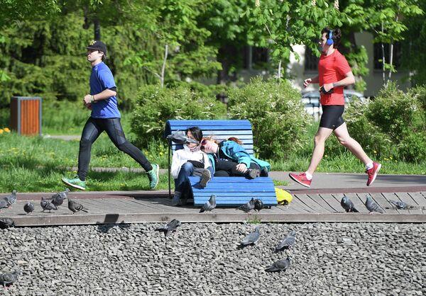 Люди занимаются спортом в парке имени Урицкого в Казани