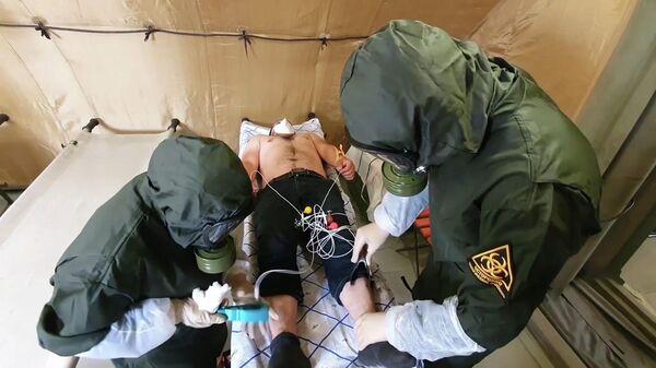 Военные медики обследуют пациента в полевом госпитале в Буйнакске