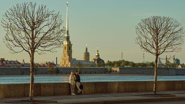 Люди на Дворцовой набережной в Санкт-Петербурге