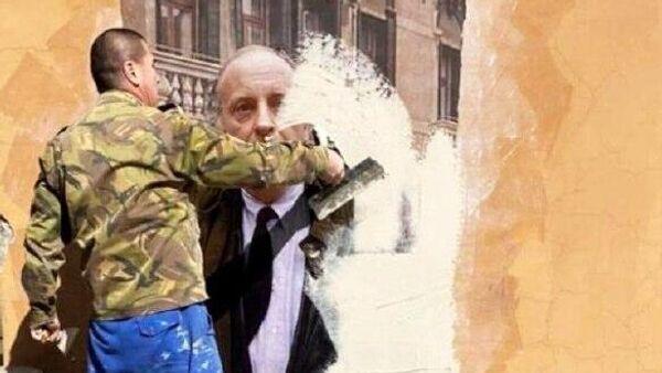 Рабочий закрашивает граффити-портрет Бродского напротив Дома Мурузи в Санкт-Петербурге