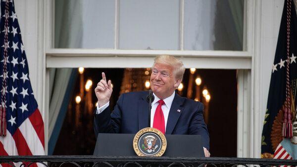 Президент США Дональд Трамп во время церемонии Rolling To Remember на балконе Белого дома в Вашингтоне