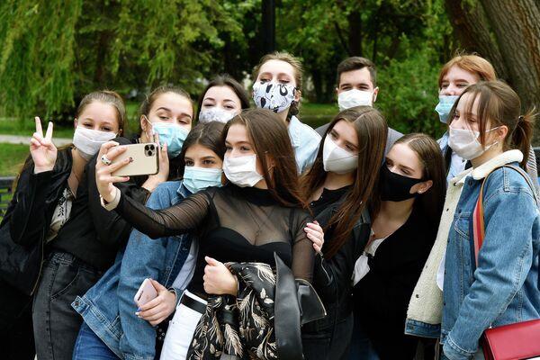 Выпускники средней школы фотографируются после празднования последнего звонка в парке Гагарина в Симферополе