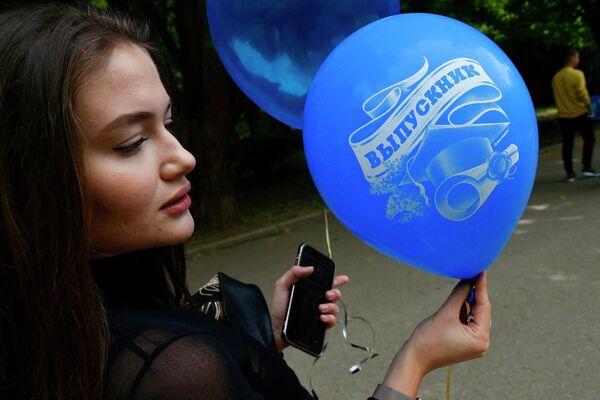 Выпускница средней школы гуляет после празднования последнего звонка в парке Гагарина в Симферополе