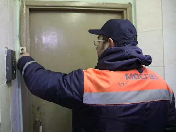 Сотрудник газовой службы звонит в дверь