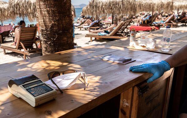 Люди на городском пляже Алимос в пригороде Афи