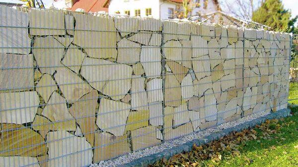 Габионные конструкции можно использовать в качестве заборов, основания для лавки или для оформления клумбы или альпийской горки на участке.