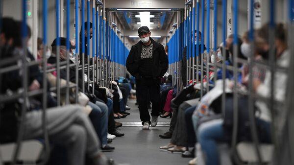Пассажиры в поезде метро в Москвы