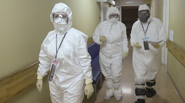 Медицинские работники в госпитале COVID-19 в больнице No 122 им. Л. Г. Соколова в Санкт-Петербурге