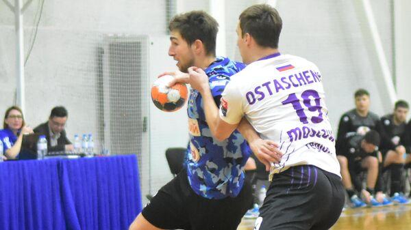 Игрок ГК Виктор Антон Отрезов (слева)