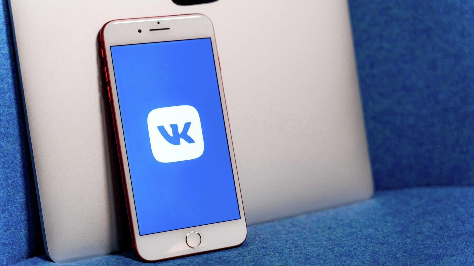 Логотип ВКонтакте на экране смартфона - РИА Новости, 1920, 22.01.2021