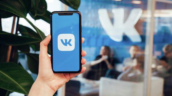 Логотип ВКонтакте на экране смартфона