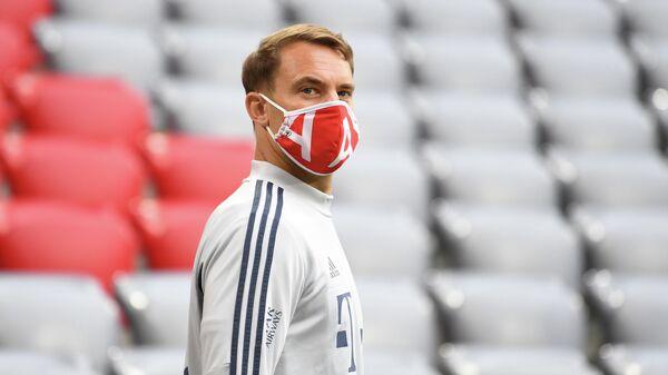 Мануэль Нойер в маске перед матчем чемпионата Германии