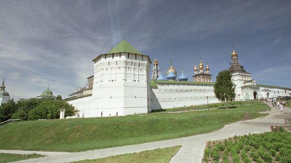Вид на Пятницкую башню и Святые ворота Троице-Сергиевой лавры