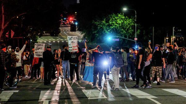 Демонстранты блокируют движение во время акции протеста связанной со смертью Джорджа Флойда