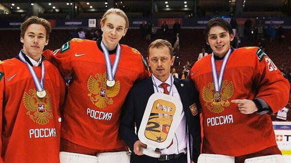 Тренер молодежной сборной России по хоккею Владимир Куликов (в центре)