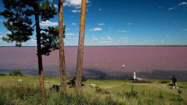 Отдыхающие на горько-соленом Малиновом озере в Михайловском районе Алтайского края
