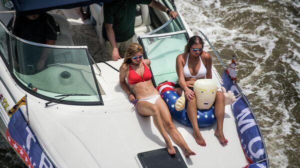 Девушки на яхте во время парада яхтсменов Сделай Америку великой снова в Чарльстоне, Южная Каролина, США