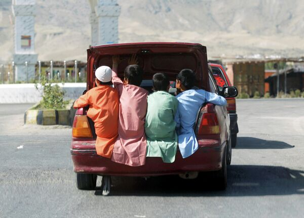 Мальчики передвигаются в багажнике автомобиля в провинции Лагман, Афганистан