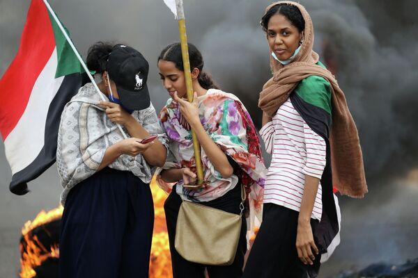 Суданские девушки на  демонстрации в столице Хартуме