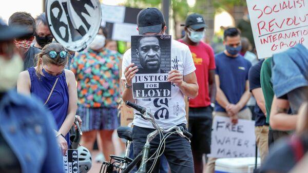 Люди собрались возле правительственного центра округа Хеннепин, чтобы почтить минутой молчания погибшего Джорджа Флойда