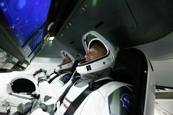 Астронавты Дуглас Херли и Роберт Бенкен в космическом корабле Crew Dragon