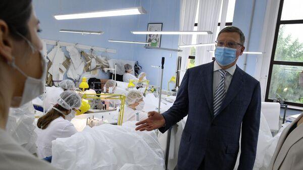 Омские власти помогли фабрике перейти на выпуск защитных костюмов