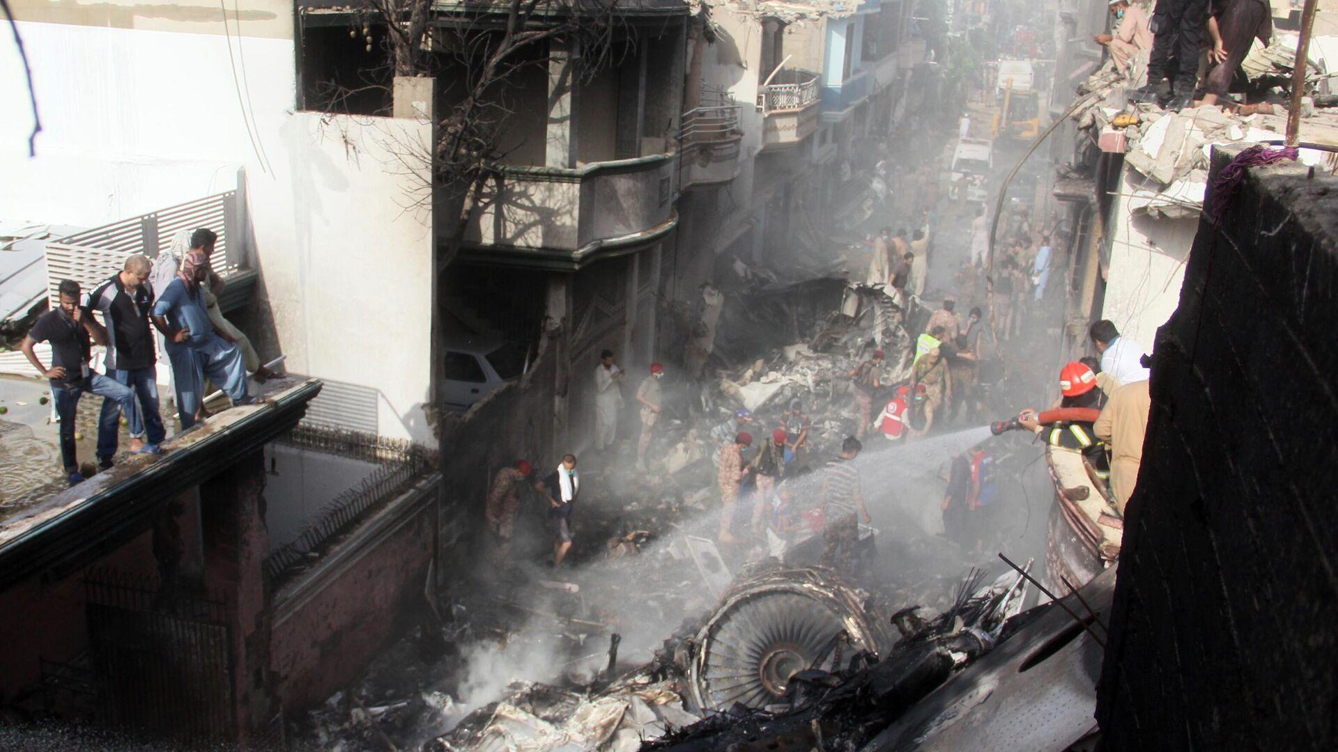 Разбор завалов и тушение пожара на месте крушения пассажирского самолета Airbus A-320 авиакомпании Pakistan International Airlines (PIA) в Карачи - РИА Новости, 1920, 09.01.2021