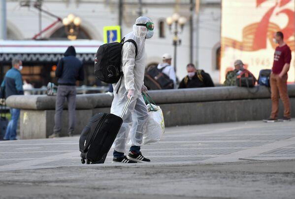 Пассажир у Ярославского вокзала в Москве. С 12 мая в Москве вводится первый этап ослабления введенных из-за коронавируса ограничений