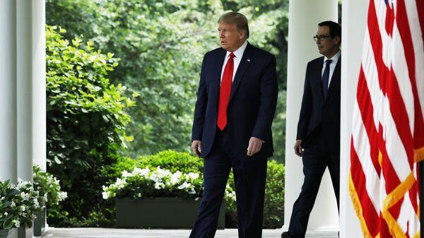 Президент США Дональд Трамп перед началом брифинга возле Белого дома в Вашингтоне
