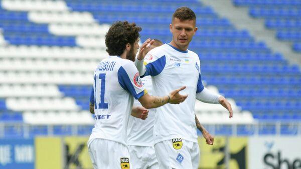 Футболисты киевского Динамо празднуют гол в ворота соперника
