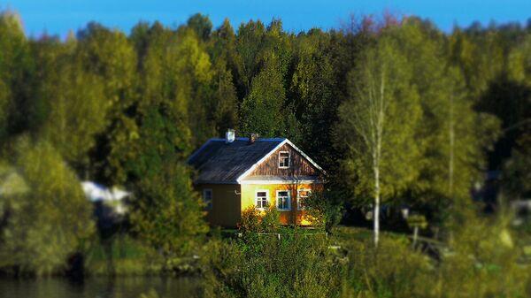 Жилые дома на берегу реки