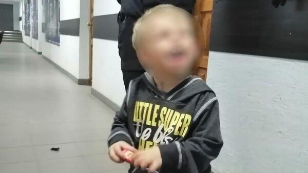 Мальчик, брошенный своей матерью, в отделении полиции в Волгограде