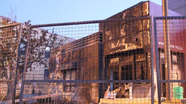 Здание отделения полиции в Миннеаполисе, сожженное протестующими