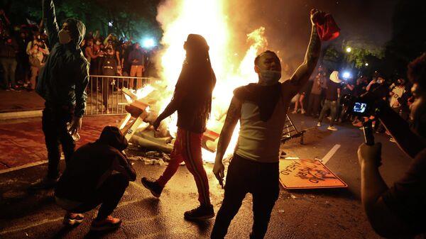 Протестующие возле Белого дома в Вашингтоне, США